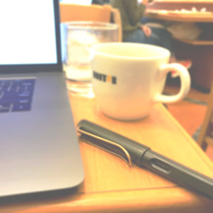 パソコン・ペン・コーヒーカップの写真(編集終了)
