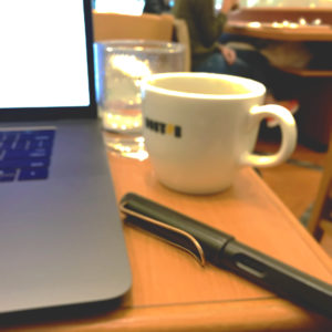パソコン・ペン・コーヒーカップの写真(編集後)